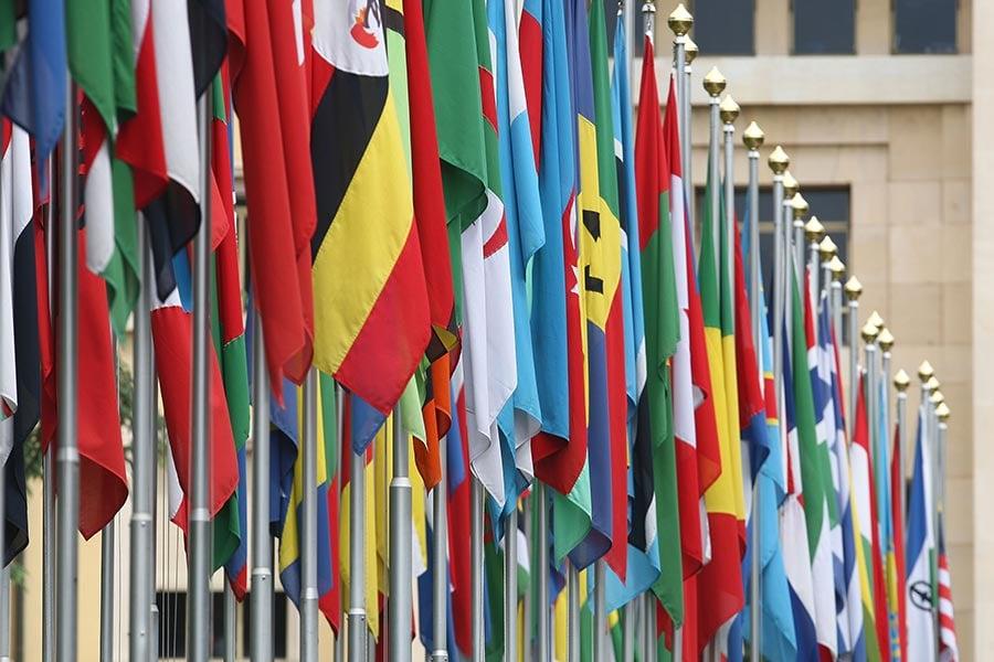 位於日內瓦的聯合國大廈前的各國國旗。(Johannes Simon/Getty Images)