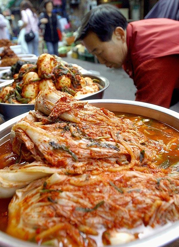南韓首爾街上販賣的韓國泡菜。(JUNG YEON-JE/AFP/Getty Images)