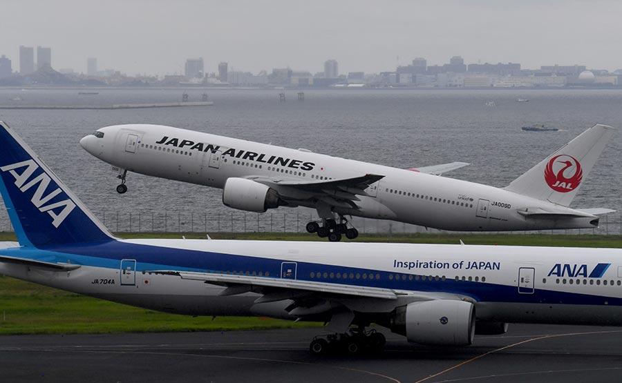 圖為在東京羽田國際機場起飛的客機。(TOSHIFUMI KITAMURA/AFP/Getty Images)