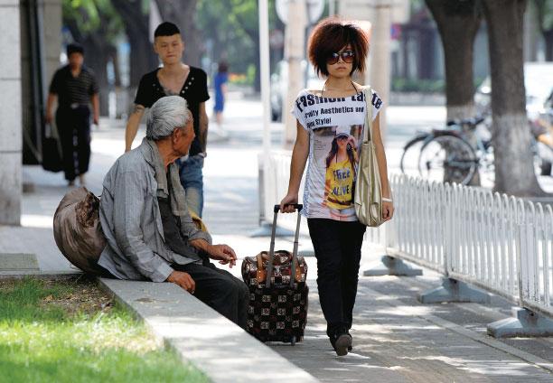 在當今的中國大陸,分成了富人和窮人兩個群體。(Getty Images)
