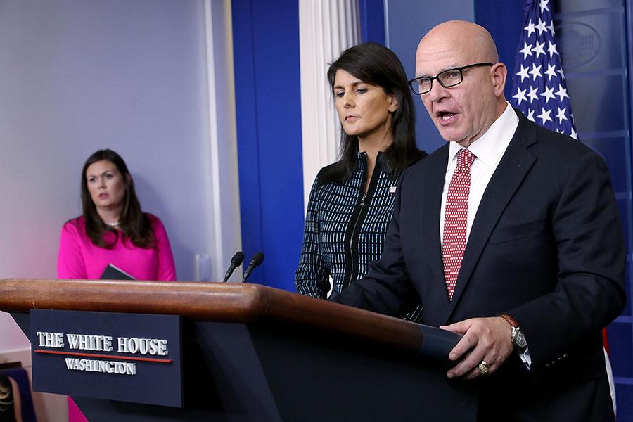 美國國家安全顧問麥克馬斯特(右)和美國駐聯合國大使黑利(中)在白宮新聞會上就聯合國大會通報時強調,特朗普總統確實有軍事方案來阻止北韓發展核武。(Win McNamee/Getty Images)
