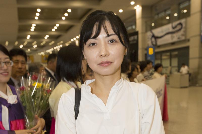 南韓粉絲丘周暎帶著期待的心情,等待神韻交響樂團的到來。(全景林/大紀元)