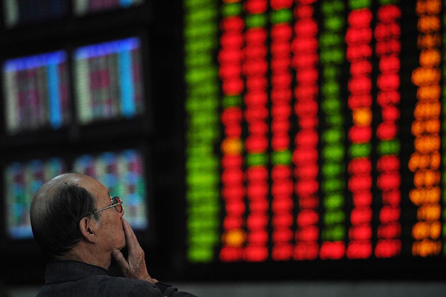 日前,中共央行、證監會、銀監會、保監會(一行三會)紛紛發聲要對金融進行嚴管,防止再現類似2015年股災那樣的金融震盪。(PETER PARKS/AFP/Getty Images)
