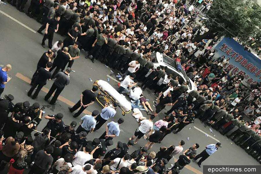9月14日,北京市最大服裝批發市場世紀天樂的千餘名商戶發起維權,要求市場方面延期閉市,給商戶充足的清貨時間。(受訪者提供)