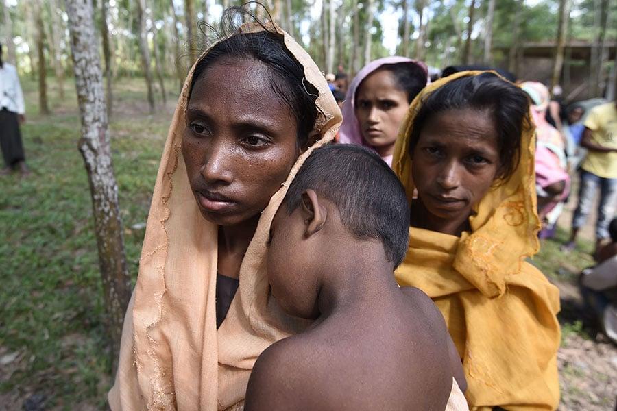 孟加拉政府於2017年9月15日發聲明,指控緬甸軍機多次侵犯領空。本圖為逃到孟緬邊界的羅興亞婦女與兒童。(DOMINIQUE FAGET/AFP/Getty Images)