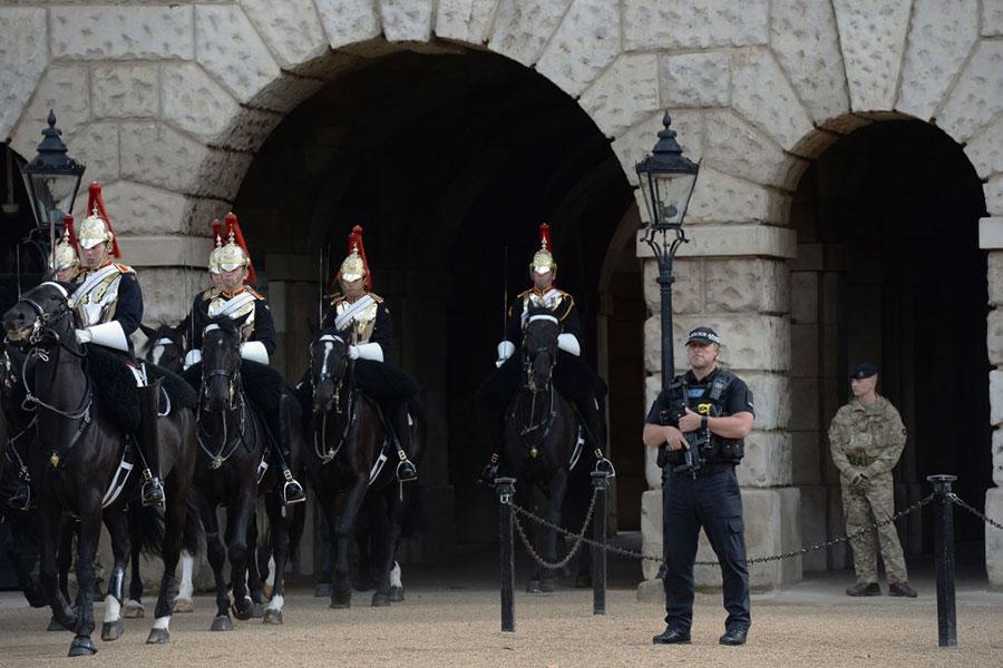 恐怖襲擊過後,9月16日,騎兵和警察在倫敦街區巡邏。(CHRIS J RATCLIFFE/AFP/Getty Images)