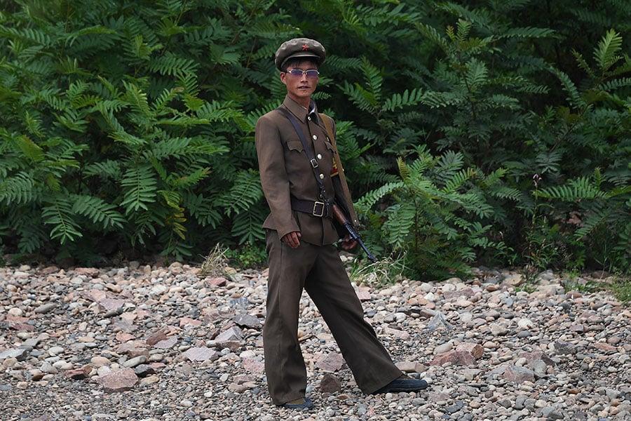 數位脫北者表示,讓被金氏政權洗腦的北韓人民獲得更多信息,了解外在世界的自由,由內部改變平壤當局,或為解決朝核危機的好方法。圖為北韓士兵。(GREG BAKER/AFP/Getty Images)
