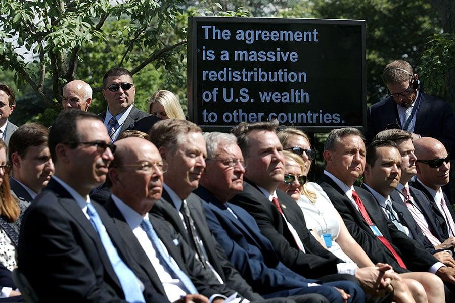 6月1日在白宮玫瑰花園,美國總統特朗普舉行新聞發佈會並宣佈退出《巴黎氣候協定》。圖為特朗普內閣部份成員在新聞發佈會上。(Chip Somodevilla/Getty Images)