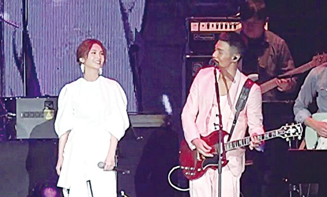 與女友楊丞琳同台合唱歌曲,李榮浩甜蜜表白:「謝謝我的女朋友楊丞琳,我喜歡她。」(視頻截圖)
