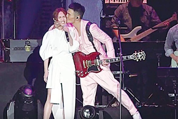 兩人合唱歌曲時,李榮浩突然擁過楊丞琳,在她左臉頰親了一下。(視頻截圖)
