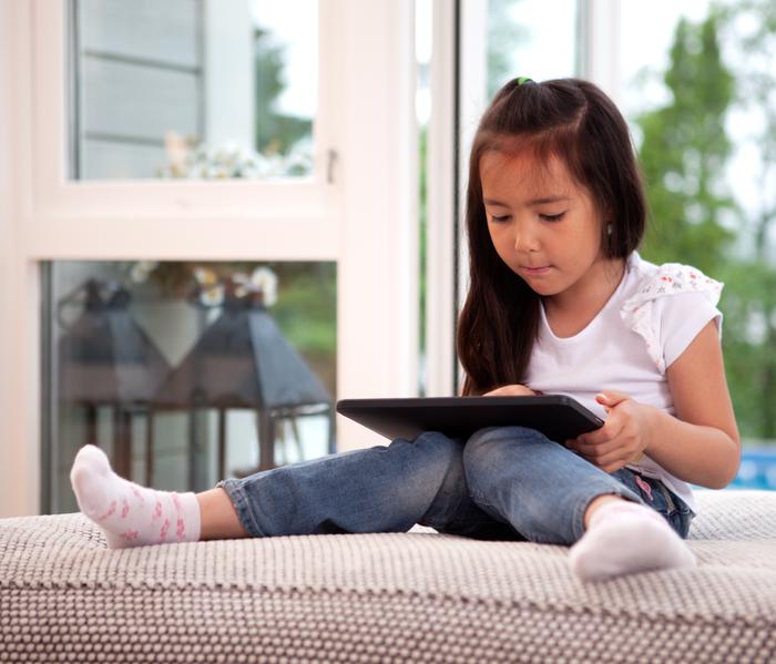 在東西方國家,青少年在電子設備上花費過多時間的情況正在加劇,不論是華人父母、還是西人父母,對目前這種趨勢都非常擔憂。(Fotolia)
