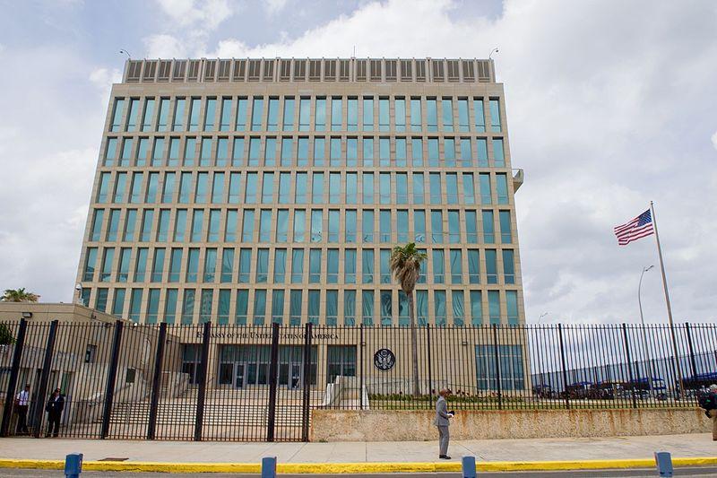 因神秘聲波襲擊,導致多名美國駐古巴外交人員健康受損,美國政府正在考慮關閉美國駐哈瓦那大使館。(維基百科)