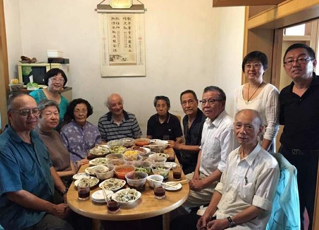 鮑彤(左七),與老人聚餐。(自由亞洲電台)