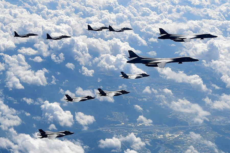 美軍9月18日派出有「死亡天鵝」之稱的兩架B-1B戰略轟炸機參與韓美聯合模擬空襲,進行軍事威懾。(South Korean Defense Ministry via Getty Images)