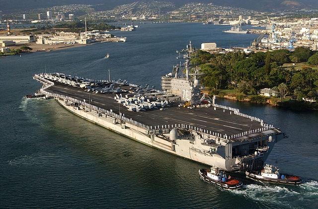 圖為甲板上站著水兵和海軍基地陸戰隊員的美國航空母艦「羅納德・列根號」(USS Ronald Reagan)行駛在珍珠港(Pearl Harbor)。它參加了2014年環太平洋演習。(美國國防部圖片)