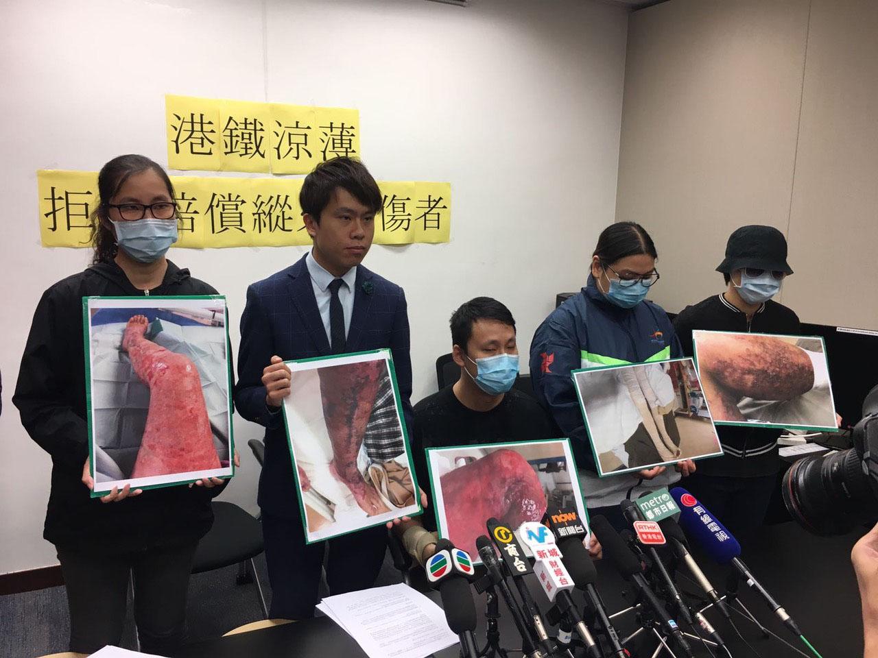 立法會議員鄺俊宇(左二)陪同部份港鐵縱火案傷者和家屬見傳媒。鄺俊宇認為,政府有責任向港鐵施壓,及檢討涉及港鐵意外的賠償機制。(民主黨提供)