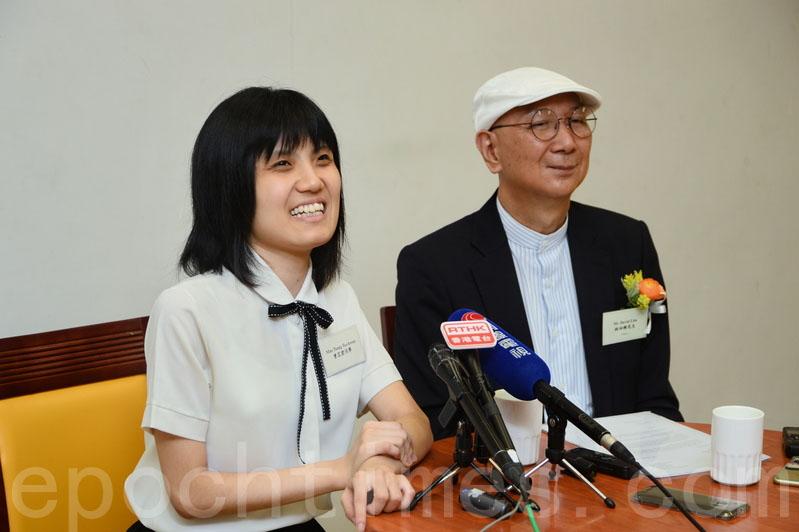 曾芷君身邊的是「越障海外研究生獎學金」發起人之一、新亞書院校董林泗維。(宋碧龍/大紀元)