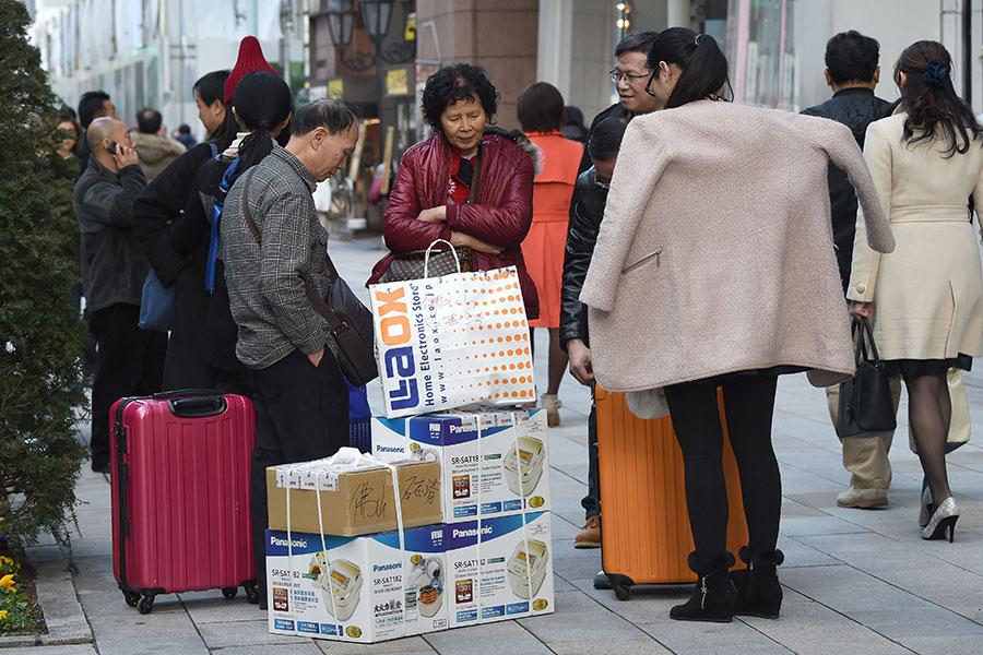 圖為前來日本購物的中國遊客。(TORU YAMANAKA/AFP/Getty Images)
