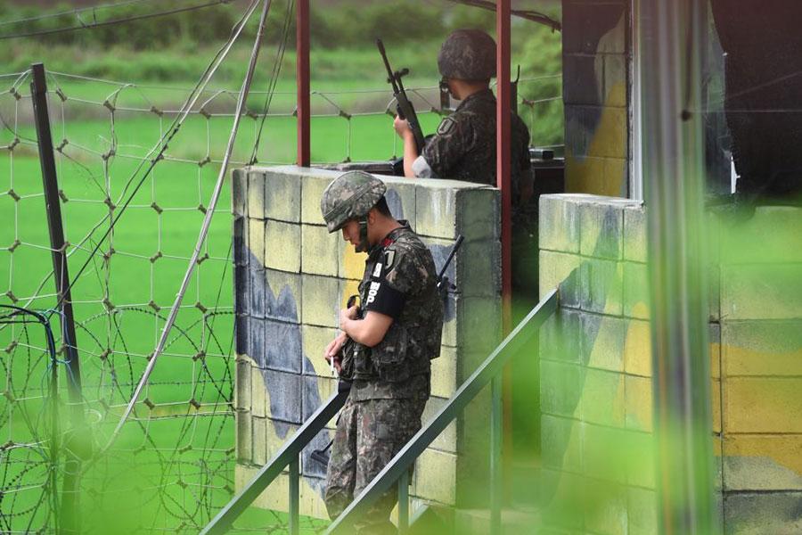 專家分析,北韓人為了爭取自由,冒著非軍事區的地雷、電網和機槍逃離北韓,說明北韓人對本國政權越來越失望。圖為兩韓邊界的南韓士兵。(JUNG YEON-JE/AFP/Getty Images)
