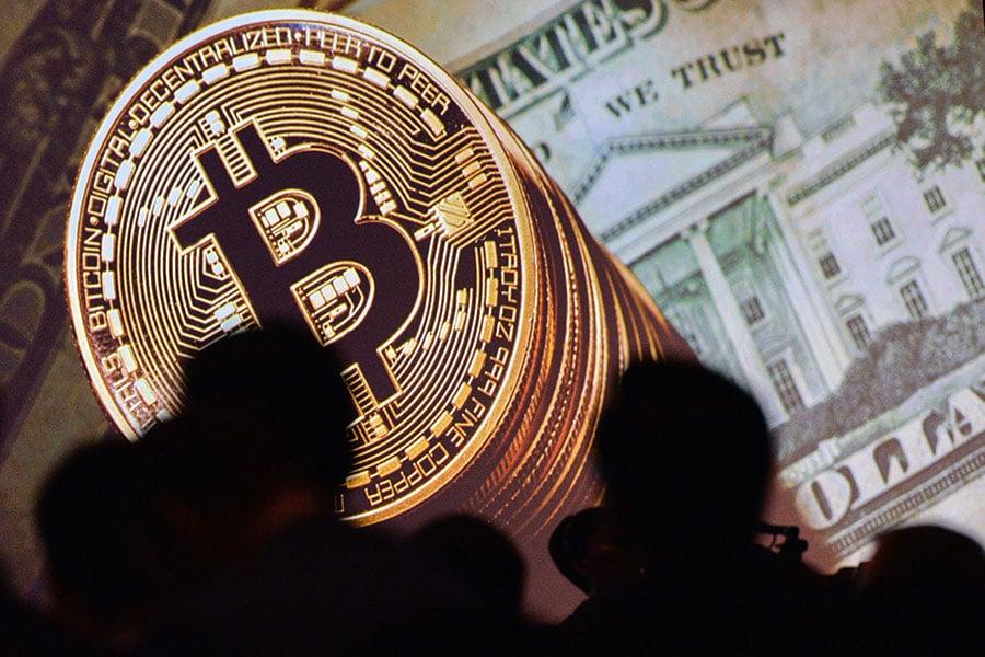 華爾街大亨如何看待比特幣投資?價格飆升、起伏波動巨大,是否值得投資?(ROSLAN RAHMAN/AFP/Getty Images)