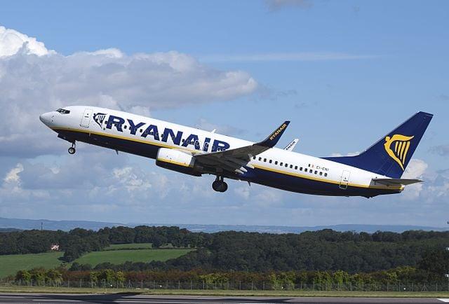 愛爾蘭廉價航空公司瑞安航空(Ryanair)因機師不足和為改善準點紀錄,宣佈6周內取消2000航班,數十萬乘客因此受到影響。圖為一架瑞安航空的航班客機。(維基百科)