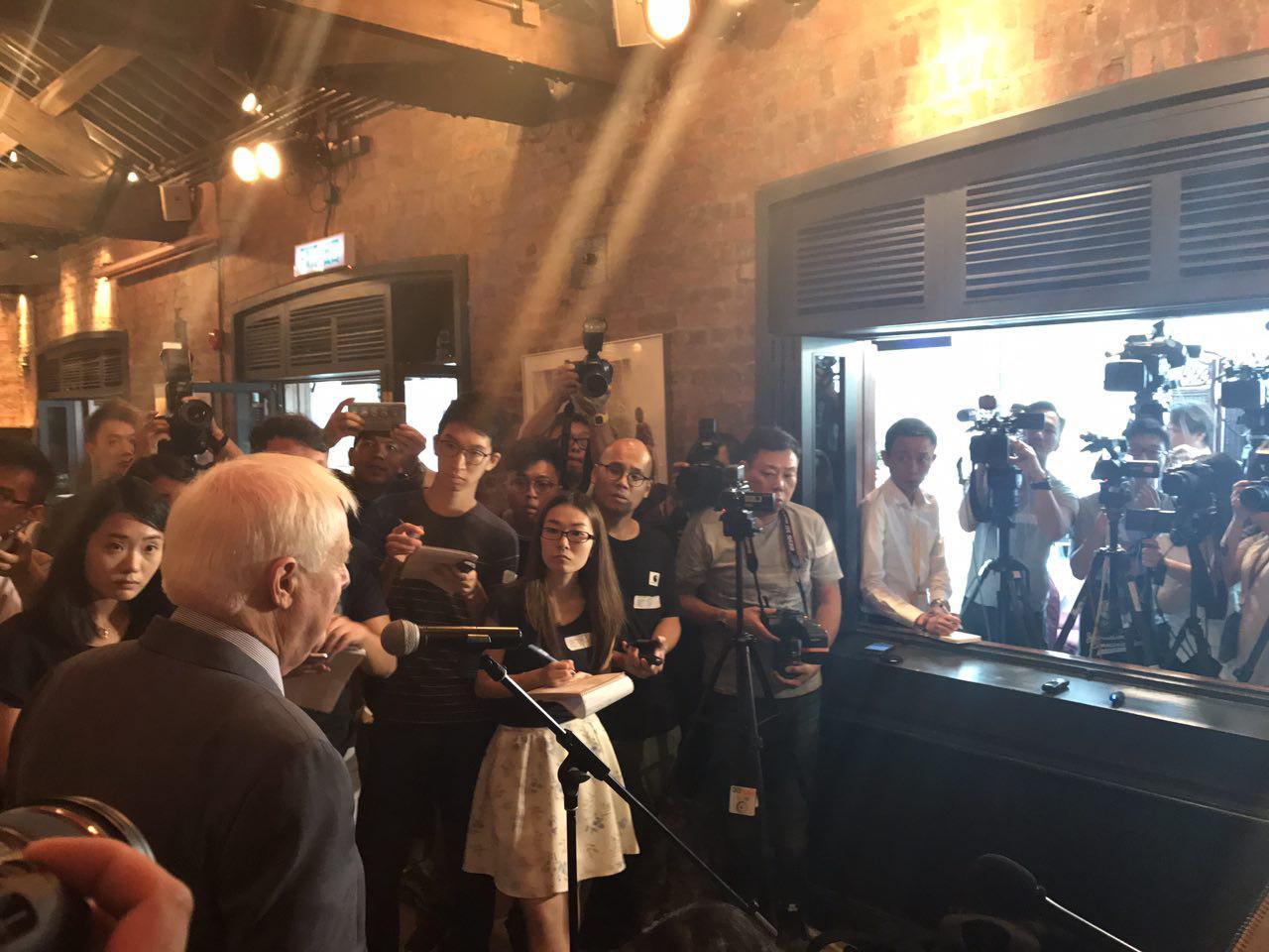 彭定康出席外國新聞發佈會演講,吸引大批傳媒到場採訪。(林怡/大紀元)