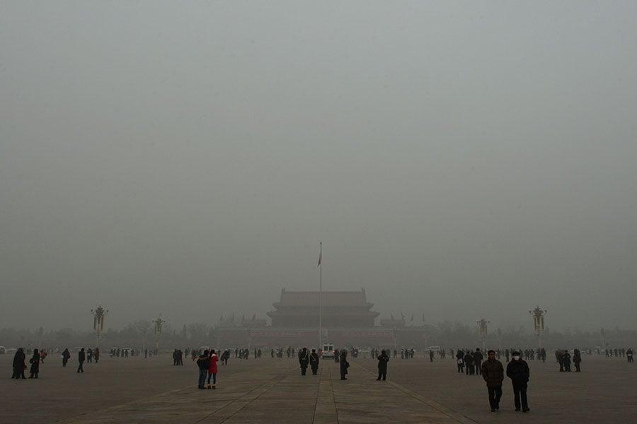 北京日前出台「史上最嚴」施工禁令,但市民說,運動式治霾難奏效。圖為2013年初,北京遭嚴重霧霾,天安門隱入陰霾中。(MARK RALSTON/AFP/Getty Images)
