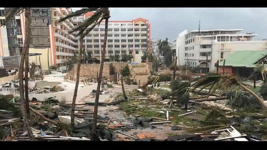 五級颶風瑪麗亞於周一(18日)晚登陸島國多明尼加,給當地帶來強風暴雨,該國總理稱颶風「摧毀」多明尼加,連他寓所的屋頂都被摧毀了。(視像擷圖)