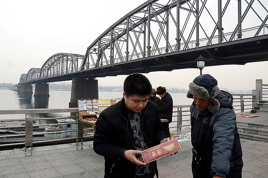 中國是北韓迄今為止最大的貿易夥伴。圖為中國人正在購買北韓進口的商品。(WANG ZHAO/AFP/Getty Images)