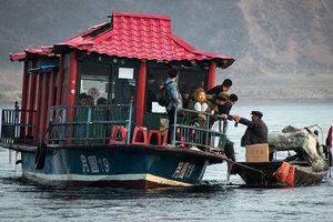 當鴨綠江上討生活的北韓百姓遇上中國遊客