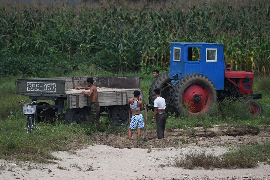 北韓邊境小鎮新義州的農民。(GREG BAKER/AFP/Getty Images)