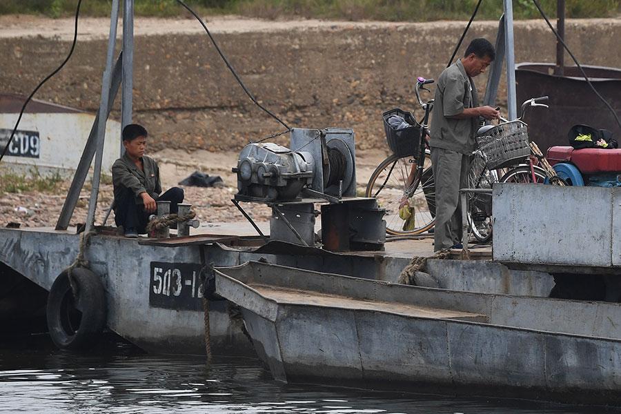 中國遼寧丹東與北韓隔江相望,可以看到北韓漁夫在打魚。(GREG BAKER/AFP/Getty Images)