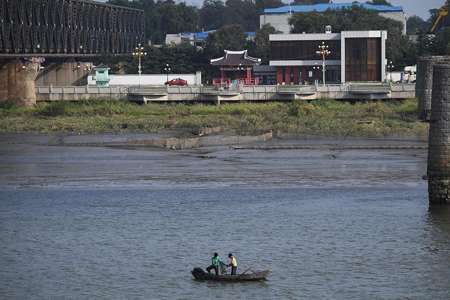 從遼寧省丹東市可以看到北韓漁夫在打魚。(GREG BAKER/AFP/Getty Images)