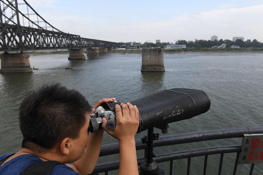 橫跨鴨綠江的中朝友誼橋邊有一座「斷橋」,是遼寧省丹東市的著名旅遊景點。站在中國丹東一側,可以遠眺北韓新義州。(GREG BAKER/AFP/Getty Images)