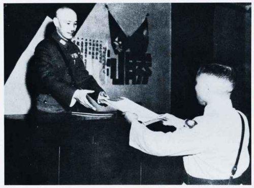 1945年9月10日,陸軍副參謀長冷欣將軍奉命抵達重慶,呈獻日本降書予國民政府主席蔣中正。(紀念抗日戰爭勝利暨台灣光復65周年特展專輯)