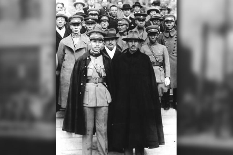 張學良(前左一)和蔣介石(前左二)合影。(公有領域)