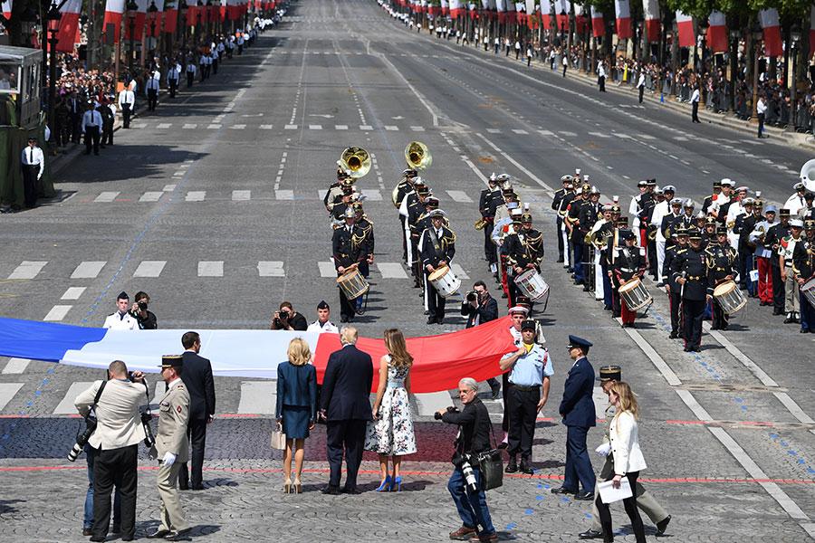 特朗普今年7月中旬受邀訪問法國,14日法國國慶日(巴士底日)當天上午,和馬克龍一起參加在香榭麗舍大道上舉行的閱兵儀式。(ALAIN JOCARD/AFP/Getty Images)