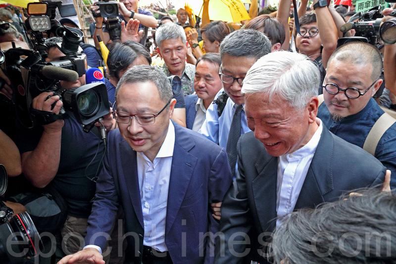 「佔中三子」戴耀廷、陳健民及朱耀明等8人,昨日在大批支持者的聲援下到區域法院應訊。(李逸/大紀元)