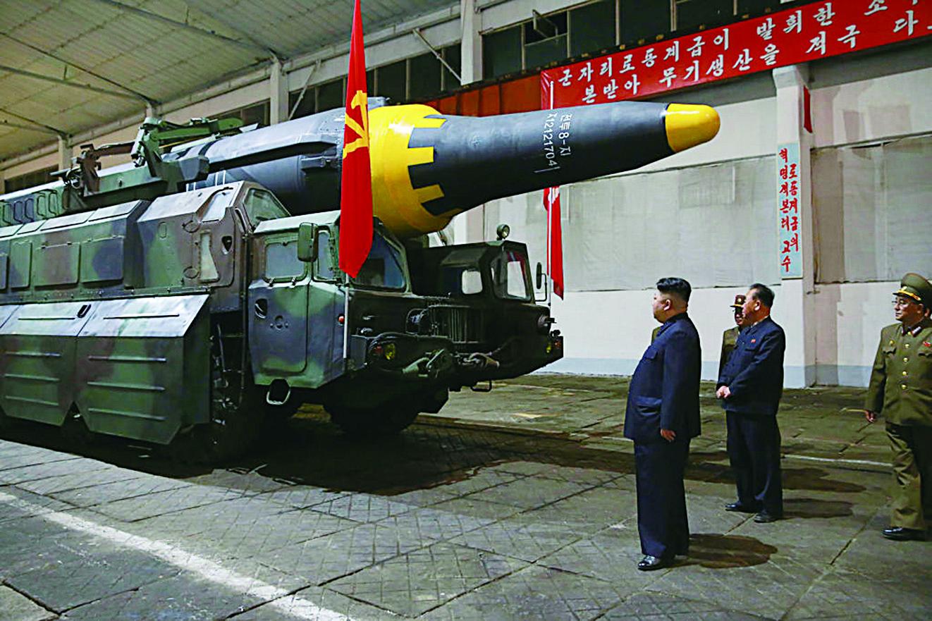 圖為北韓發佈的照片,金正恩(左)於5月15日在查看戰略彈道導彈。(STR / AFP / Getty Images)