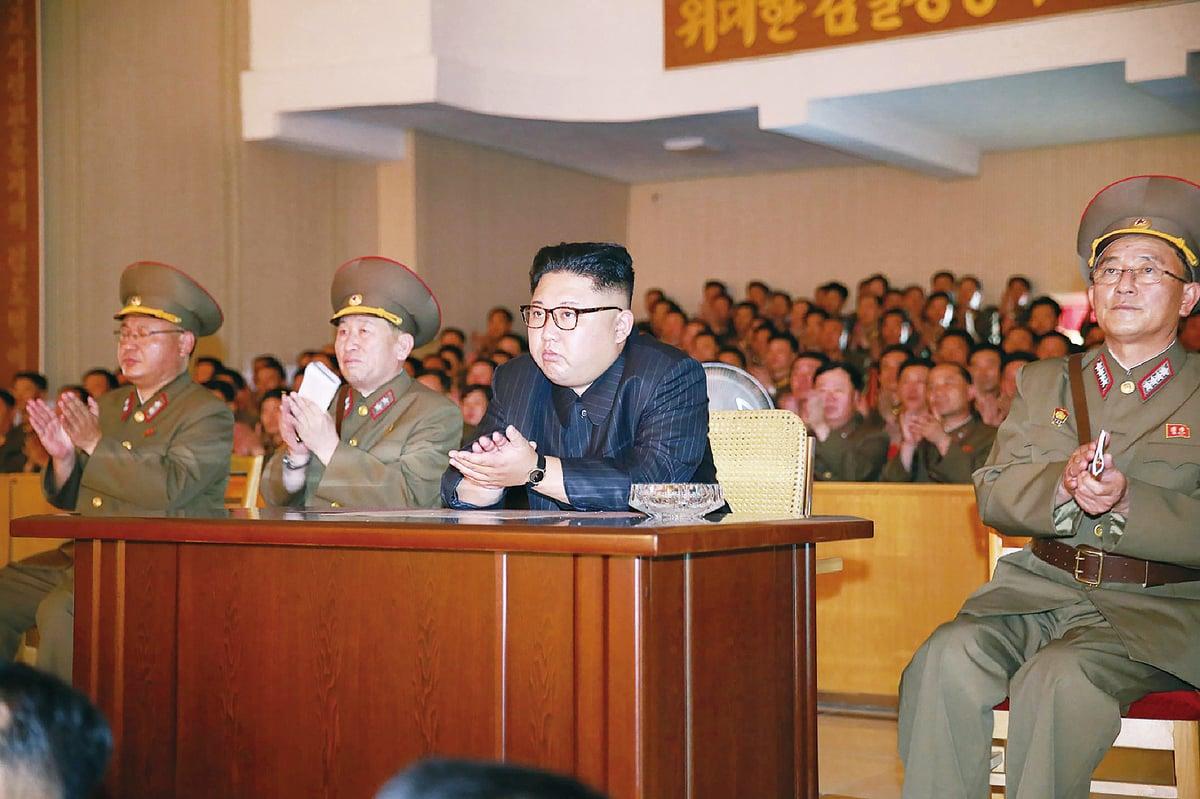 圖為朝鮮中央通訊社8月14日發布的照片,金正恩視察北韓人民解放軍戰區。 (STR / AFP / Getty Images)
