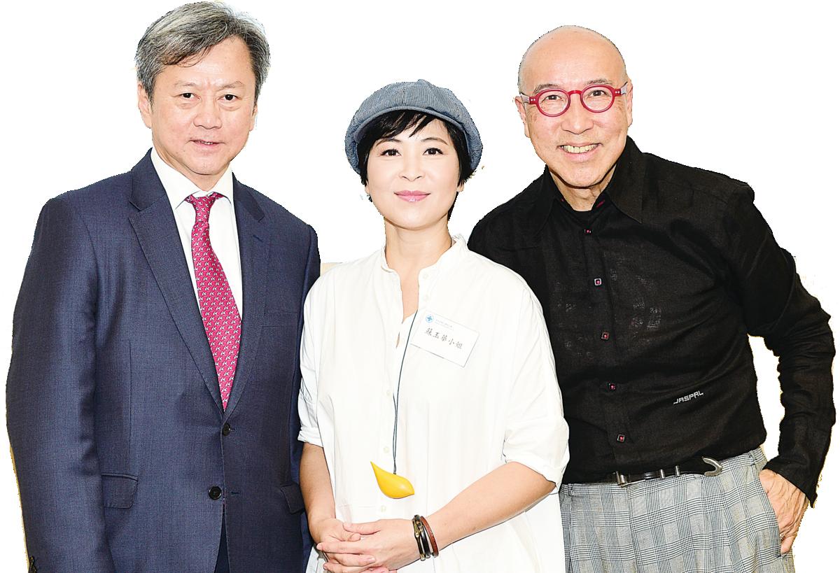 蘇玉華(中)與男主角張之珏(右一)參演《小城風光》感榮幸。(郭威利/大紀元)