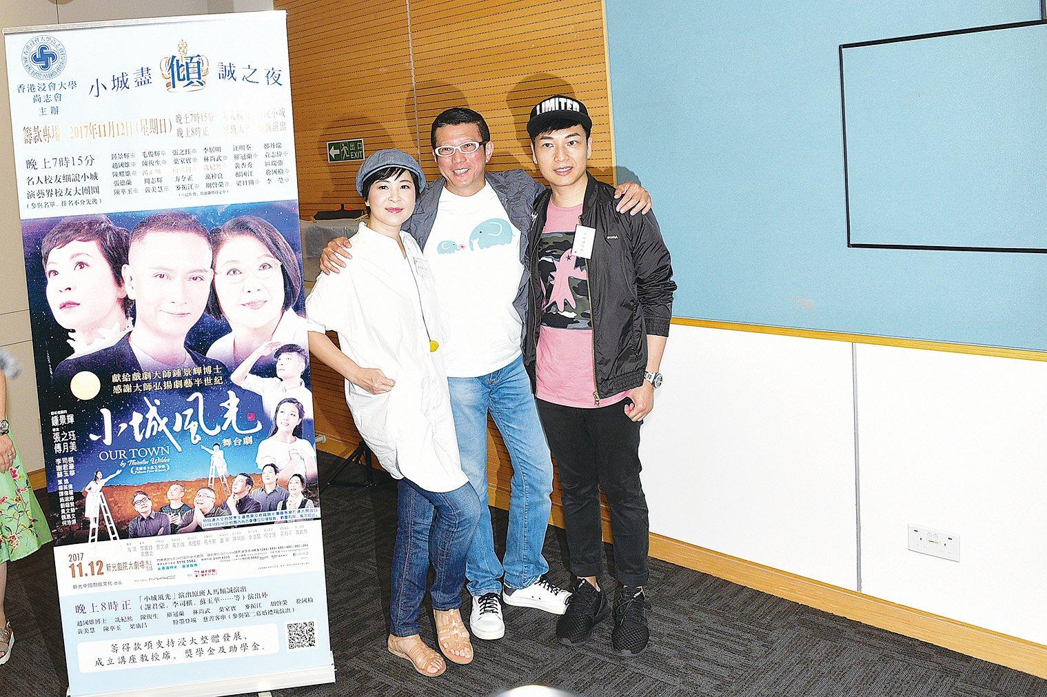 蘇玉華(左一)與舞台劇演員合照。(郭威利/大紀元)