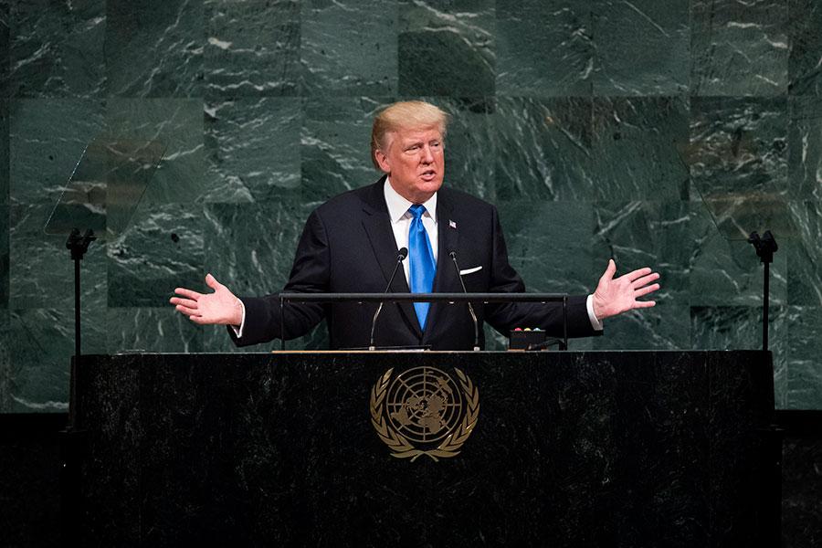 美國總統特朗普星期二(9月19日)在聯合國大會上發表演說時表示,前總統奧巴馬政府和伊朗達成的核協議,「令美國尷尬」。(Drew Angerer/Getty Images)