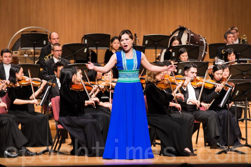 神韻交響樂團2016年巡演時到訪台灣,受到熱烈歡迎。圖為女高音歌唱家耿皓藍在演唱。(大紀元)