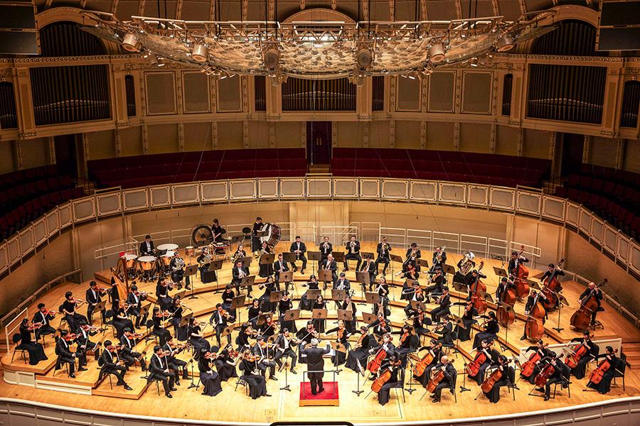 神韻交響樂團自2012年秋季在紐約卡耐基音樂廳舉行國際首演後,開始年度巡演,所到之處,廣受讚譽,2017年新一季巡演即將於9月17日在韓國拉開帷幕。圖為神韻交響樂團去年10月29日在芝加哥交響中心表演。(艾文/大紀元)