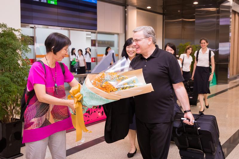美國神韻交響樂團9月19日晚間抵達松山機場,粉絲夾道歡迎並獻花給樂團指揮米蘭・納切夫。(Milen Nachev)。(陳柏州/大紀元)