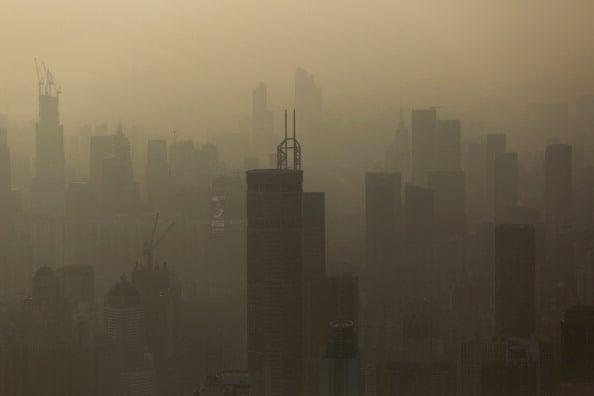 在中共治霾措施下,陰霾卻有增無減,很多網民諷刺稱「治標不治本」。(Brent Lewin/Bloomberg via Getty Images)