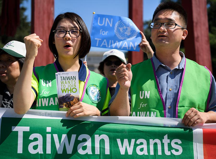 圖為台灣支持者在世界衛生大會場外請願,表達希望台灣加入世衛的訴求。(FABRICE COFFRINI/AFP/Getty Images)