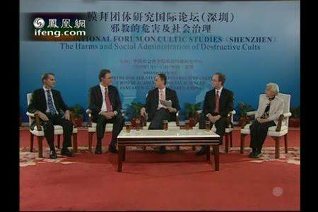 鳳凰衛視被指定為「國際論壇」唯一的現場媒體。節目主持人邱震海奉命把《震海聽風錄》搬到了論壇現場。(網頁擷圖)