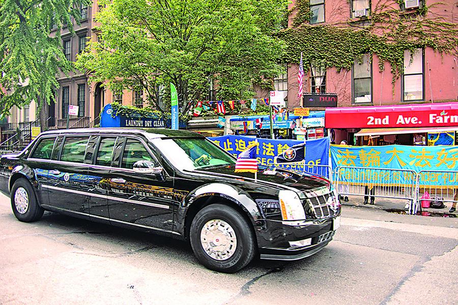 特朗普車隊駛經過在聯合國前二大道50街街口和平請願的法輪功學員時,特朗普向道兩邊的法輪功學員招手致意。(戴兵/大紀元)